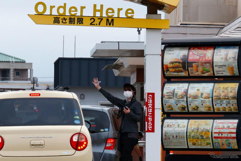 マクドナルドのドライブスルー(東京、5月12日)《Photo by James Matsumoto/SOPA Images/LightRocket via Getty Image/ゲッティイメージズ》