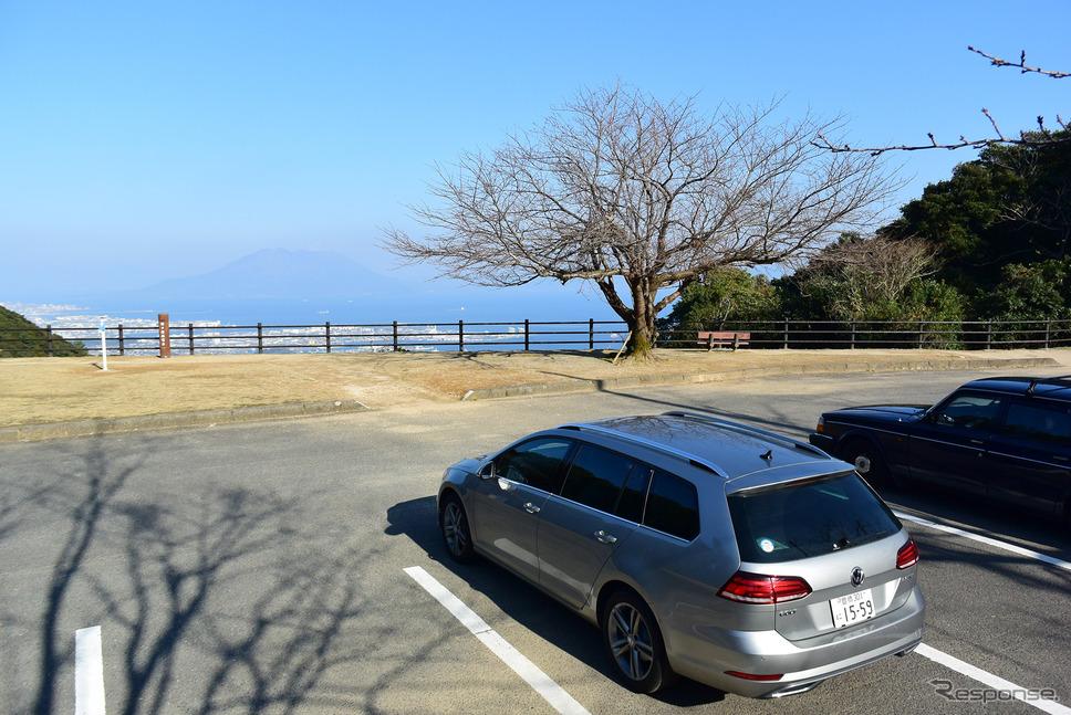 VW ゴルフ ヴァリアントTDI ハイラインマイスター。鹿児島の観光道路、指宿スカイラインにて。春には桜と桜島のランデヴーが楽しめる。《写真撮影 井元康一郎》