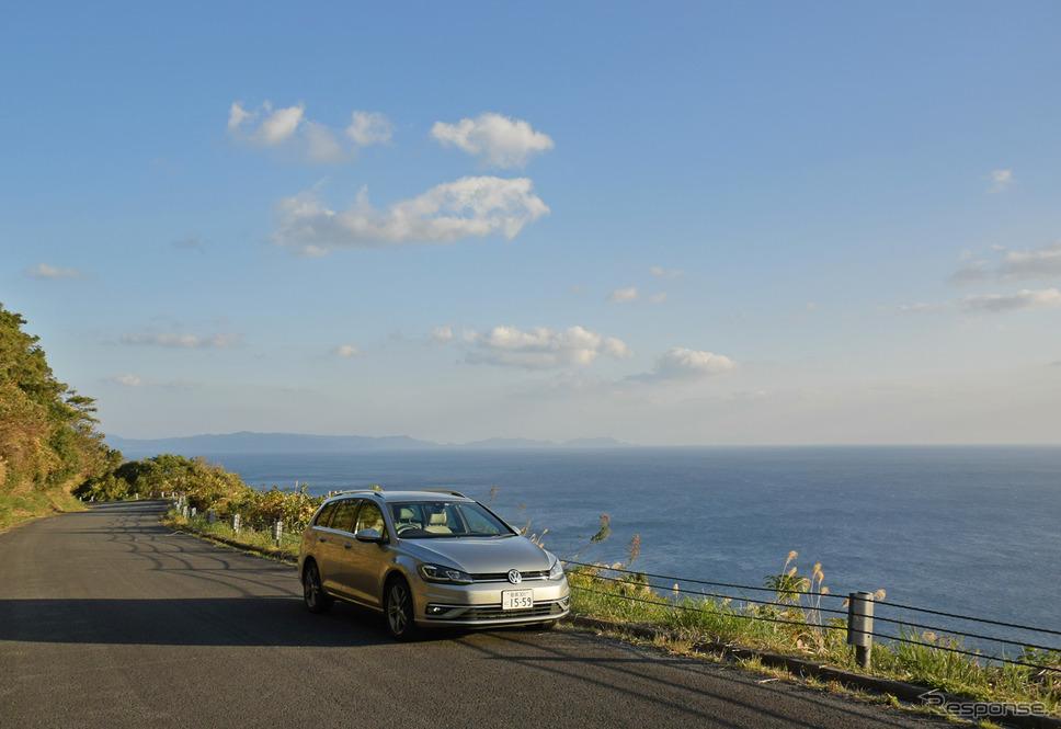 開聞岳の外周路を走る。遠方には本土最南端、大隅半島の佐多岬が見える。《写真撮影 井元康一郎》