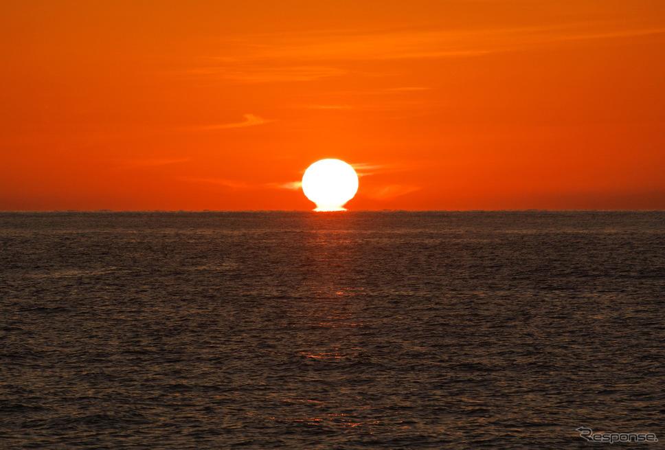東シナ海に沈む夕日。九州西海岸はサンセットビュースポットの宝庫だ。《写真撮影 井元康一郎》