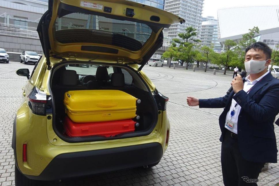トヨタ ヤリスクロスは110リットルのスーツケースが2個搭載可能《写真撮影 池原照雄》