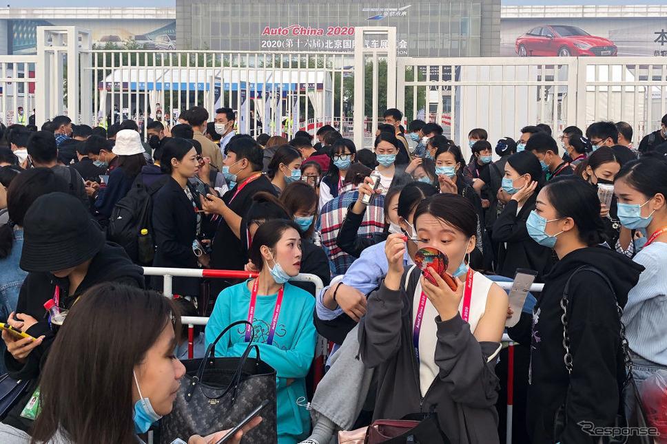北京モーターショー2020、2日目の開場を待つ人々(9月27ナチ)《Photo by Lintao Zhang/Getty Images News/ゲッティイメージズ》