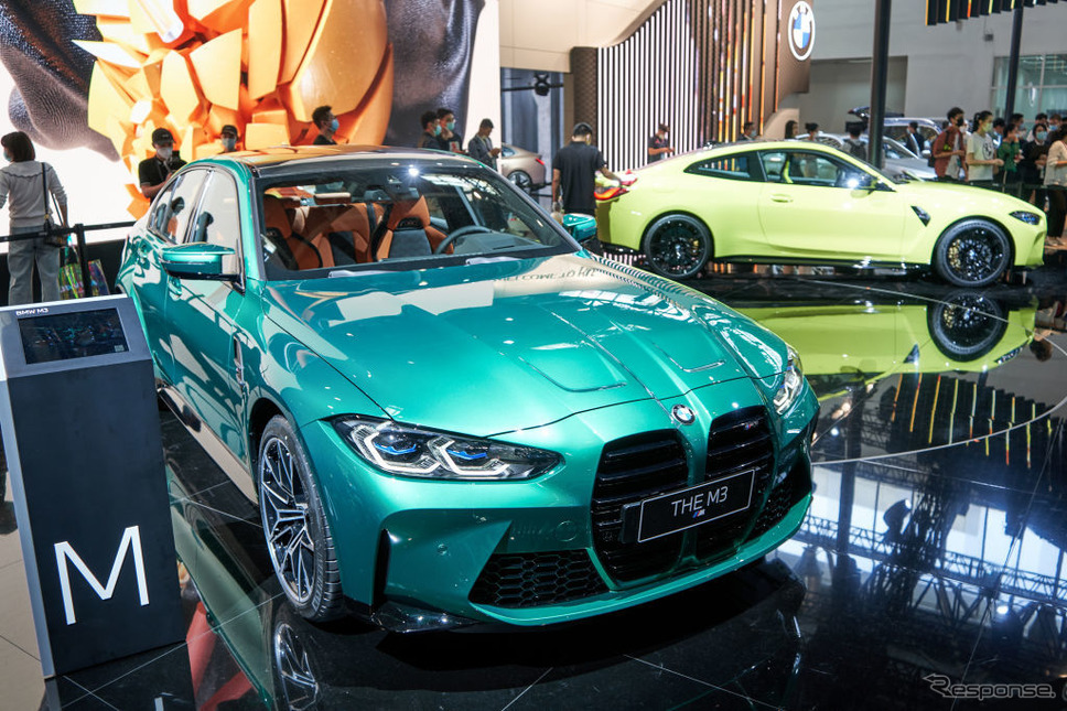 BMW M4クーペ新型(黄)とM3新型(緑。北京モーターショー2020)《Photo by VCG/VCG via Getty Images/ゲッティイメージズ》