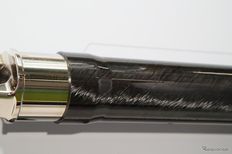 ショーワが開発した世界初公開の「1ピース型CFRPプロペラシャフト」《写真撮影 山内潤也》