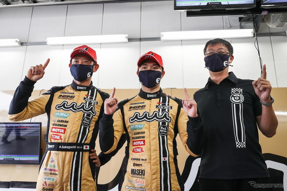 ポールポジションを獲得したADVICS muta MC86の阪口良平(左)と小高一斗(中央)《撮影 益田和久》
