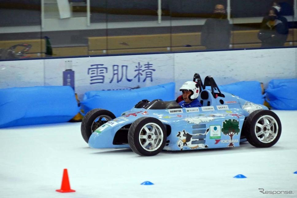 、2人乗り電気フォーミュラーカー「EVサイド・バイ・サイド」のデモ走行も行われた《写真撮影 会田肇》