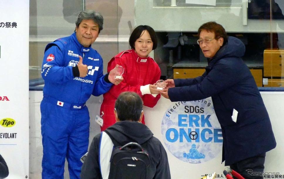 優勝した「Driver」チーム。編集者の大庭柊子さん(中央)とモータージャーナリストの斉藤聡さん。右は理事長の舘内端さん《写真撮影 会田肇》
