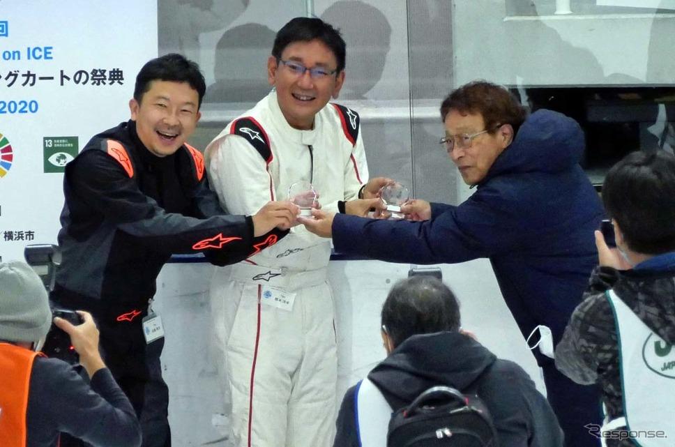 準優勝となった「Tipo」チーム。モータージャーナリストの橋本洋平さん(中央)と編集長の佐藤孝洋さん《写真撮影 会田肇》