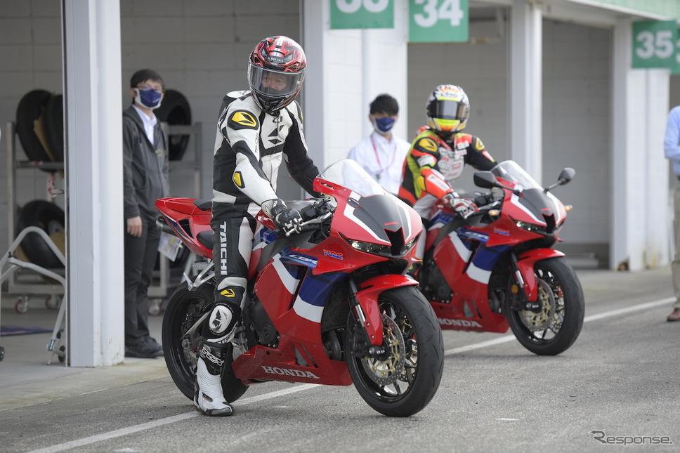 全日本ロードレースST600チャンピオン小山知良選手(写真奥)と青木タカオ。《撮影:柴田直行/ホンダモーターサイクルジャパン》
