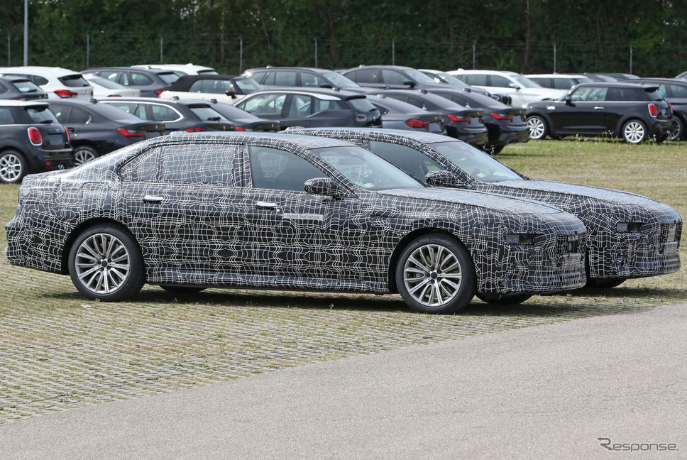 BMW 7シリーズ 次期型プロトタイプ。手前がPHEV、奥がEVの「i7」(スクープ写真)《APOLLO NEWS SERVICE》