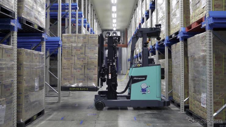 冷凍庫自動運転フォークリフト《写真提供 豊田自動織機》