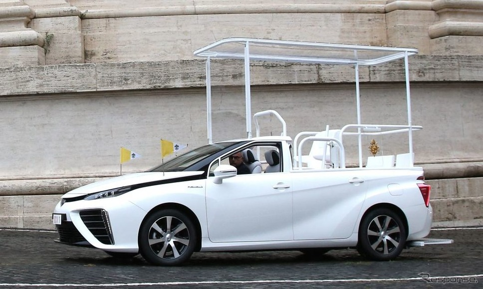 トヨタ・ミライ がベースのローマ教皇のパレード車両「パパモービレ」《photo by Toyota》