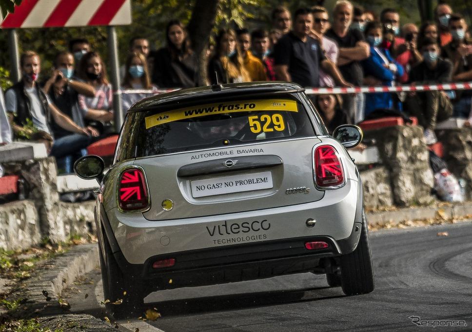 ルーマニアで開催されたラリーに出走しモータースポーツデビューを果たしたMINI クーパーSE《photo by MINI》