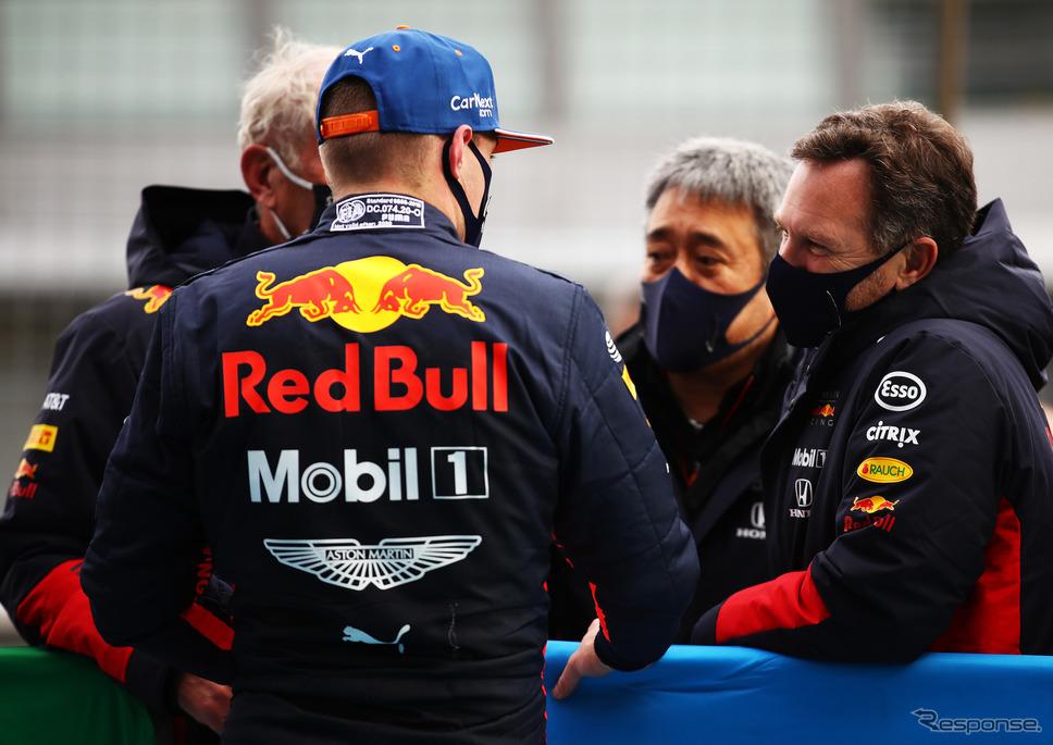 アイフェルGPゴール後のフェルスタッペン(背)。右から2人目はホンダF1の山本雅史マネージングディレクター。《写真提供 Honda》