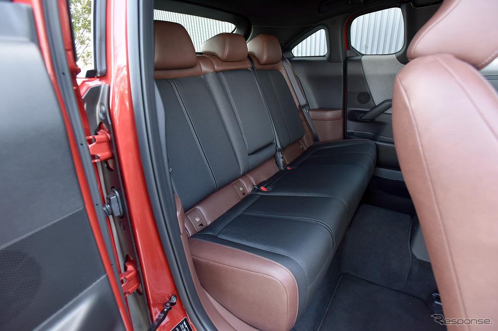 マツダ MX-30(ソウルレッドクリスタル、メタリック+3トーン、内装色:ブラウン、4WD)《撮影 中野英幸》
