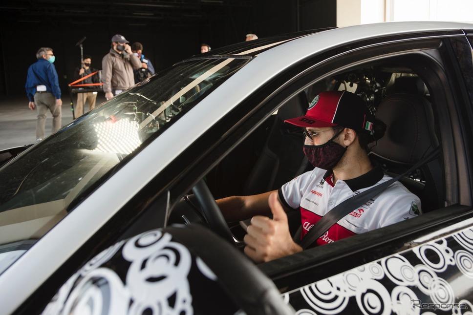 アルファロメオ・ジュリア GTA 新型のプロトタイプとアントニオ・ジョヴィナッツィ選手《photo by Alfa Romeo》