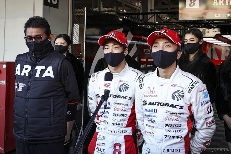 GT500クラスポールポジションを獲得したARTA NSX-GTの、左から鈴木亜久里監督、福住仁嶺、野尻智紀《撮影 益田和久》