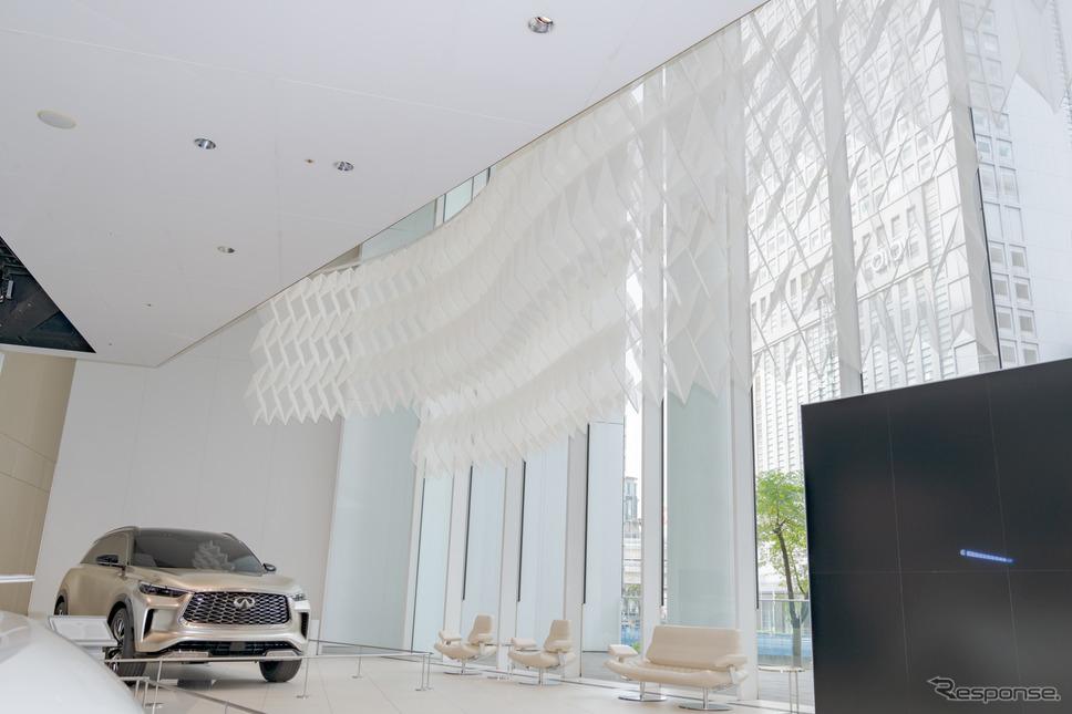 折りの角度が変わることで、それぞれ縦の長さが異なり、窓側の方が長くなっている。《写真撮影 関口敬文》