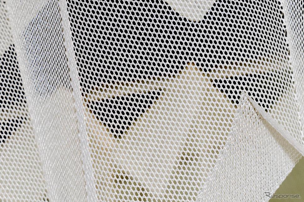 『Cloud』の三軸織りは3本の糸を編み込んだもので、六角形の格子が並んだような形状になっている。《写真撮影 関口敬文》