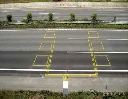 路面に埋め込まれた車両感知器《画像提供 NEXCO中日本》