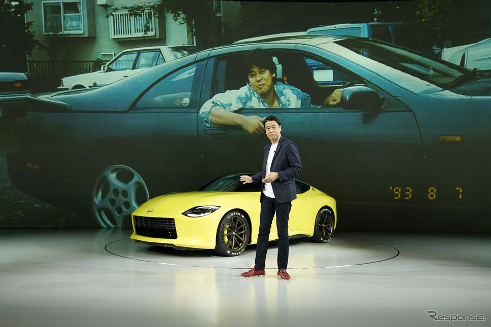 内田誠社長とフェアレディZプロトタイプ。背後の写真、人物は若き日の内田社長。《写真提供 日産自動車》