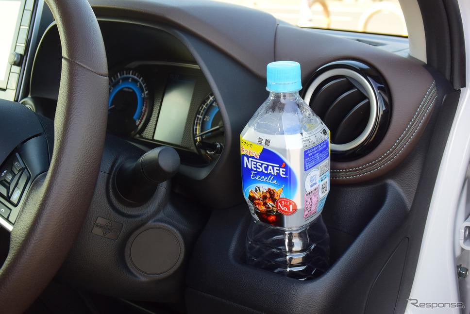 大型ペットボトルも入るカップホルダー。《写真撮影  井元康一郎》