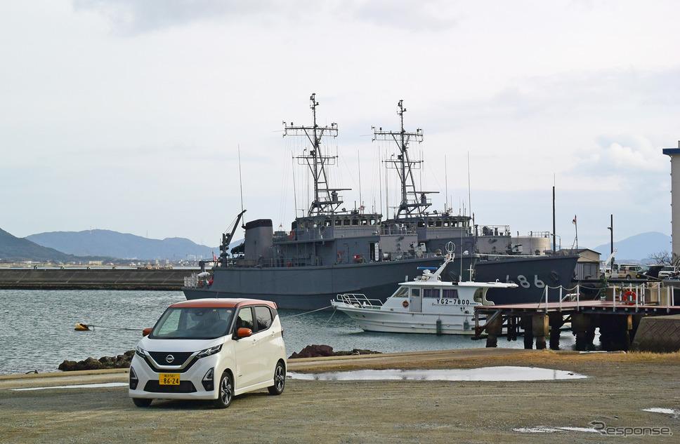 自衛隊下関基地にて掃海艇をバックに記念撮影。《写真撮影  井元康一郎》