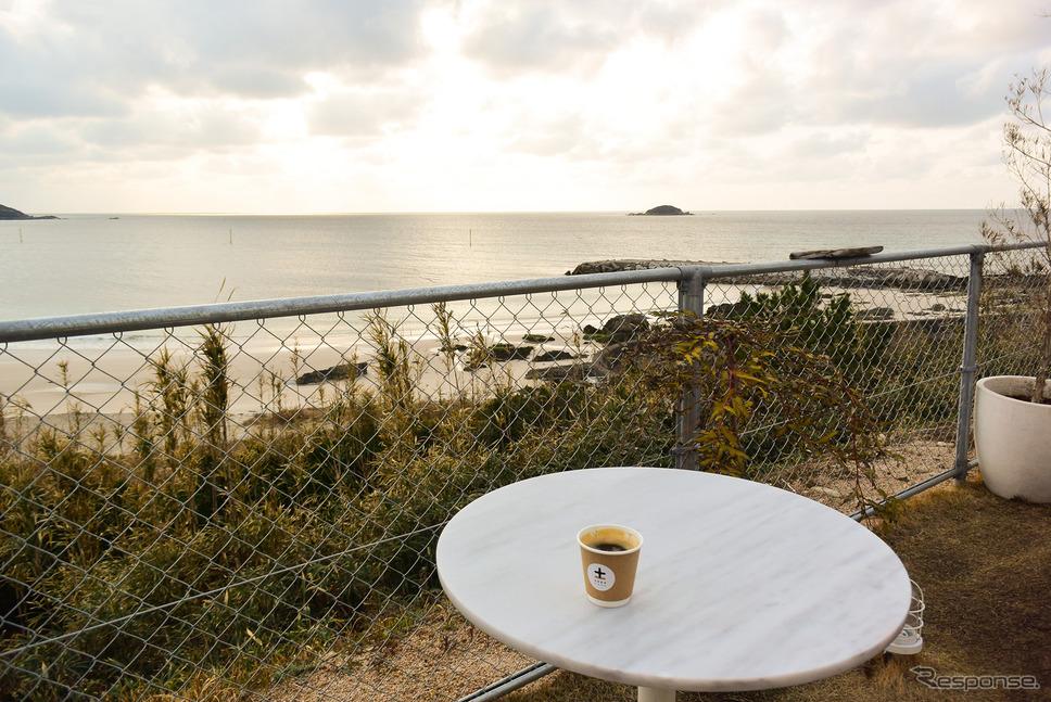 野外のテーブルで海を見ながら飲むコーヒーもまた良きものだった。《写真撮影  井元康一郎》