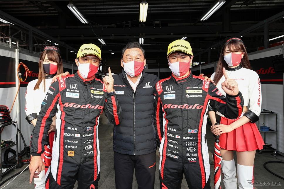 ポールポジションを獲得した#64 Modulo NSX-GTの(中央3名左から)伊沢拓也、中嶋悟監督、大津弘樹《撮影 益田和久》