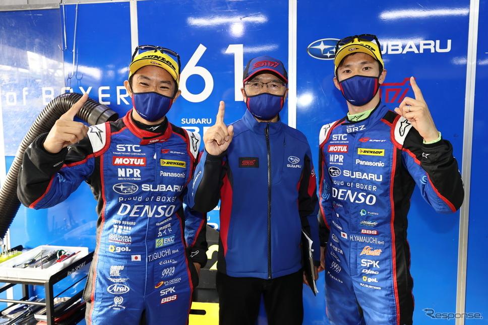 ポールポジションを獲得した#61 SUBARU BRZ R&D SPORTの(左から)井口卓人、渋谷真監督、山内英輝《撮影 益田和久》