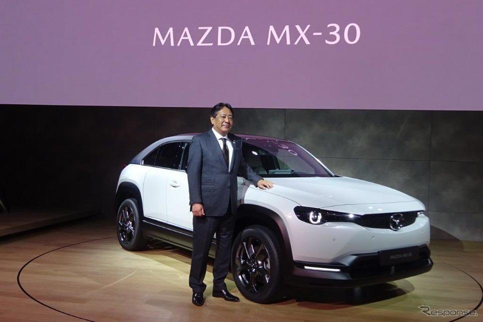 マツダMX-30と丸本明社長(2019年10月)《写真撮影 池原照雄》