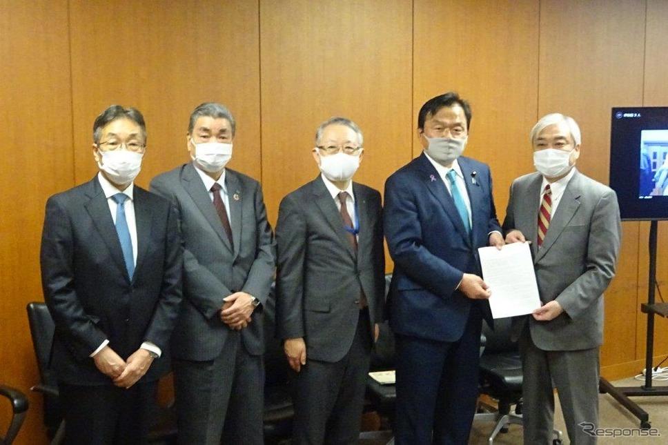 赤羽大臣(右から2人目)に要望書を手渡す福田弥夫座長《写真撮影 池原照雄》