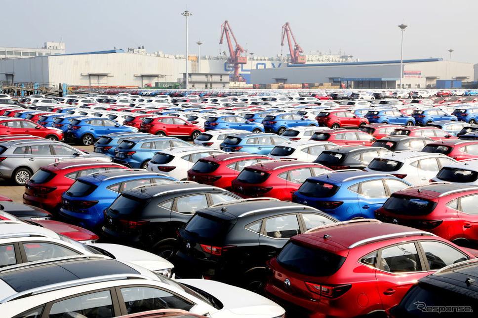 中国江蘇省連雲港市から輸出される自動車《Photo by Wang Chun/VCG via Getty Images/ゲッティイメージズ》