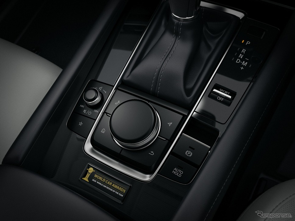 2020 マツダ3 100周年特別記念車 2020 ワールド・カー・デザイン・オブ・ザ・イヤー受賞記念モデル専用オーナメント《写真提供 マツダ》