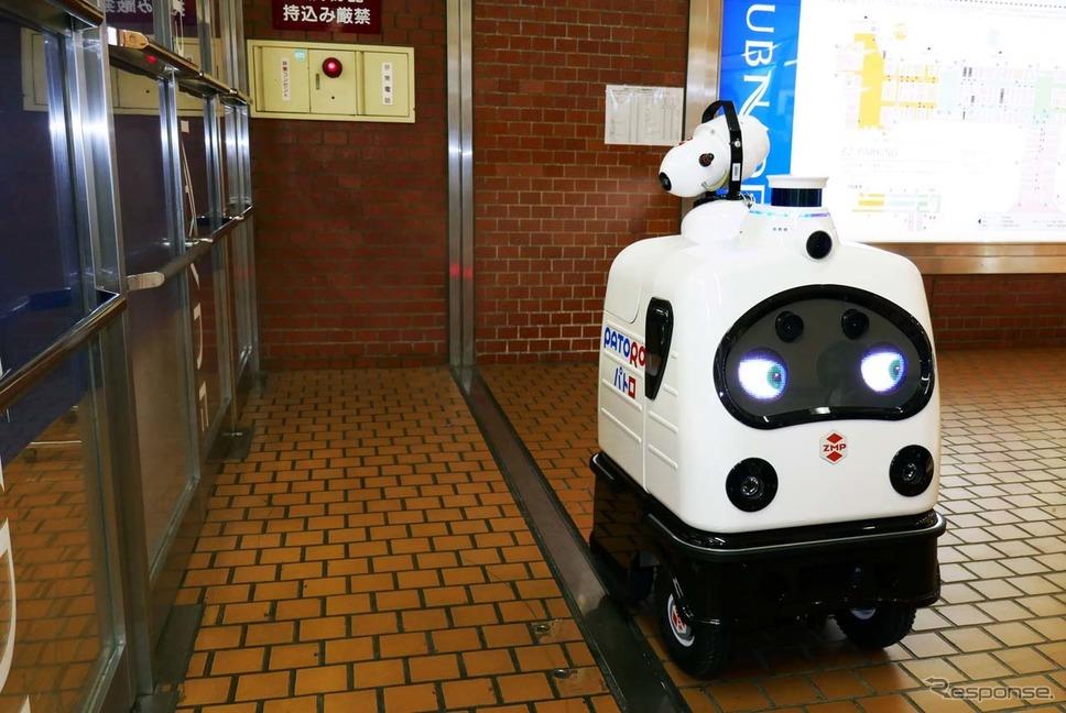 地下街「新宿サブナード」で無人による消毒作業を行っているパトロ《写真撮影 会田肇》
