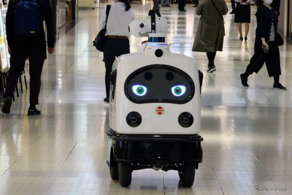 パトロは買い物客が往来する新宿サブナードで自律走行した《写真撮影 会田肇》