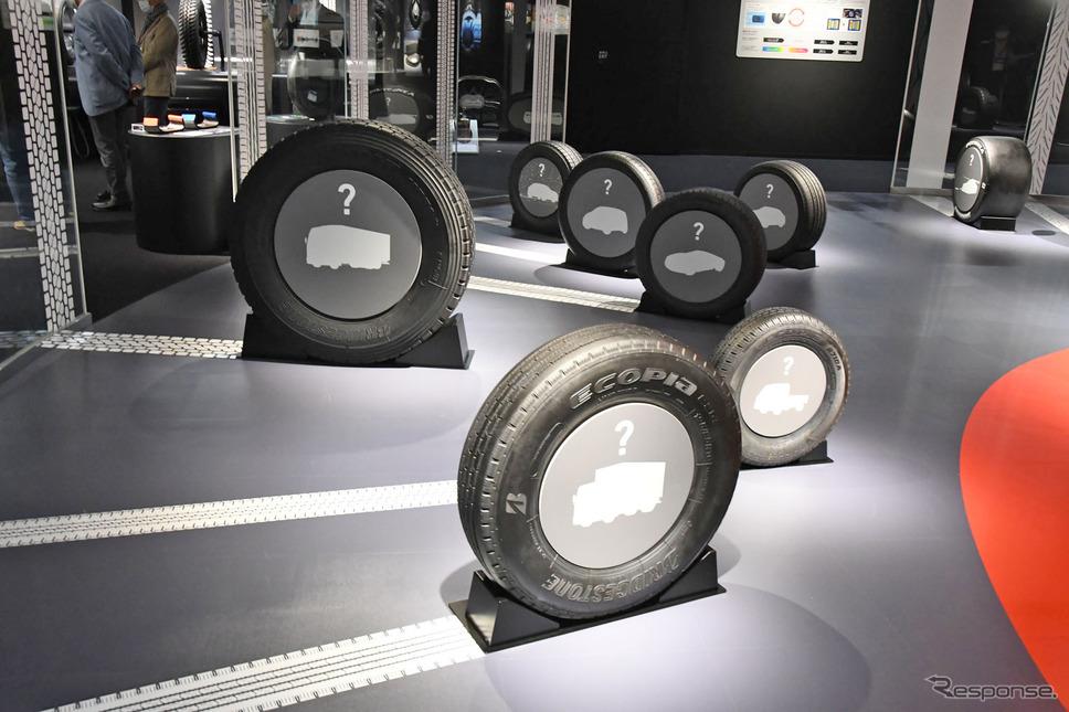 Bridgestone Innovation Gallery「WHAT WE OFFER(モビリティ社会を支える)」に展示されるさまざまなタイプのタイヤ《写真撮影 諸星陽一》