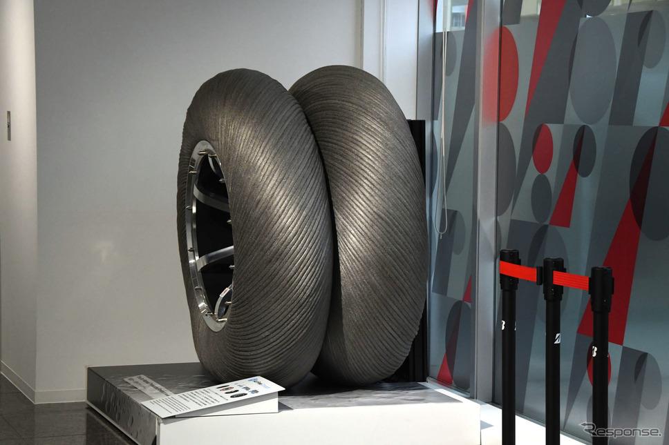 Bridgestone Innovation Gallery「WHAT WE OFFER(新たなチャプターへ)」に展示される月面探査車用タイヤ《写真撮影 諸星陽一》