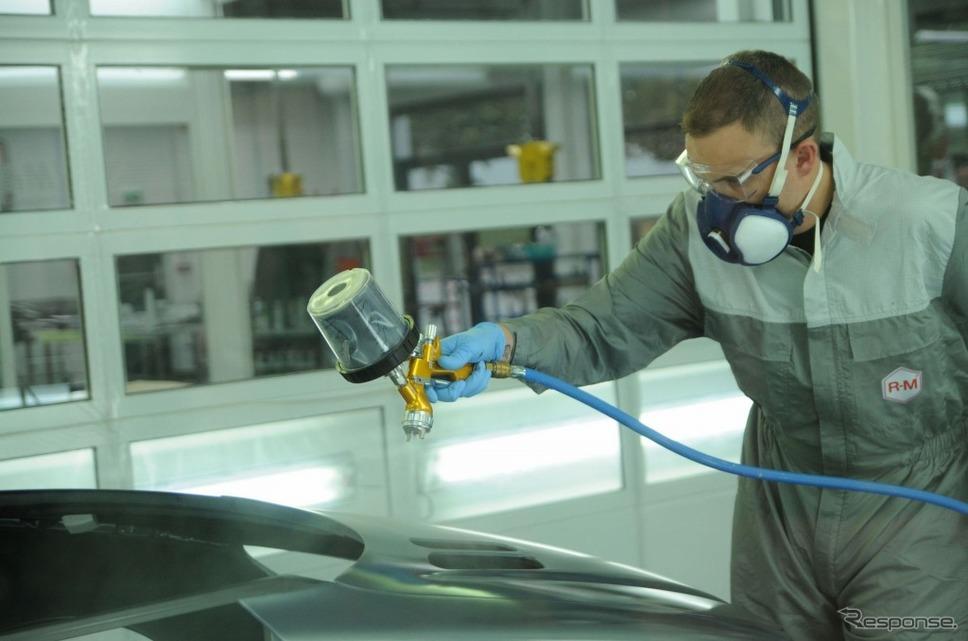 R-Mの水性塗料「オニキスHD」を塗装中(参考画像)