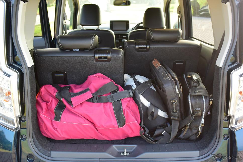 シートバックを左右で最後端、最前端に配置してみた。こんな感じで荷物が載る。《写真撮影 井元康一郎》