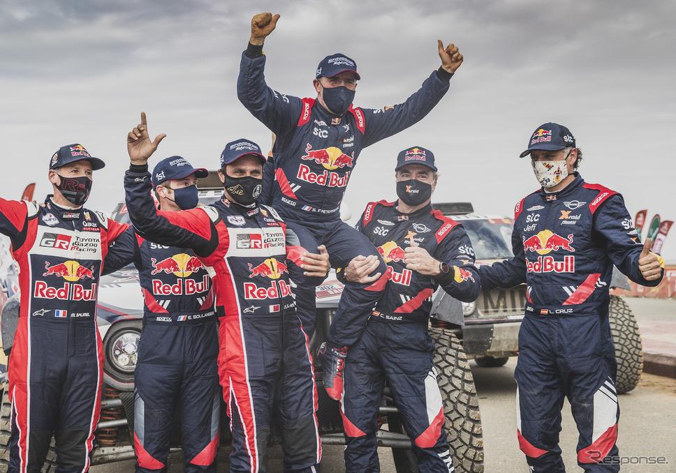 四輪総合優勝のペテランセルを、2位アルアティアと3位サインツが担ぎ上げて祝福(まわりの3人は上位3車の各コ・ドライバー)。《写真提供 Red Bull》