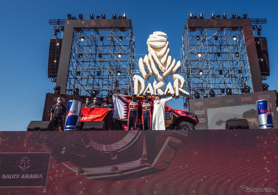 サウジアラビアで2回目のダカールが幕を閉じた(壇上は四輪総合2位のアルアティア。背にしている国旗は彼の国カタールのもの)。《写真提供 TOYOTA》