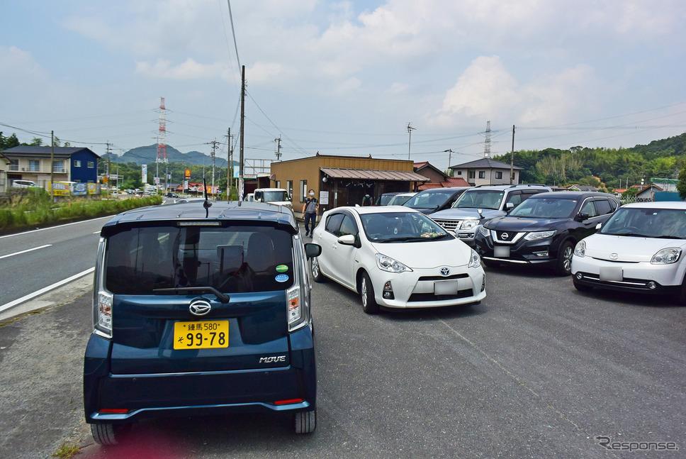 福岡の人気うどん店へ。狭い駐車場では軽の小ささがことさら生きる。《写真撮影 井元康一郎》