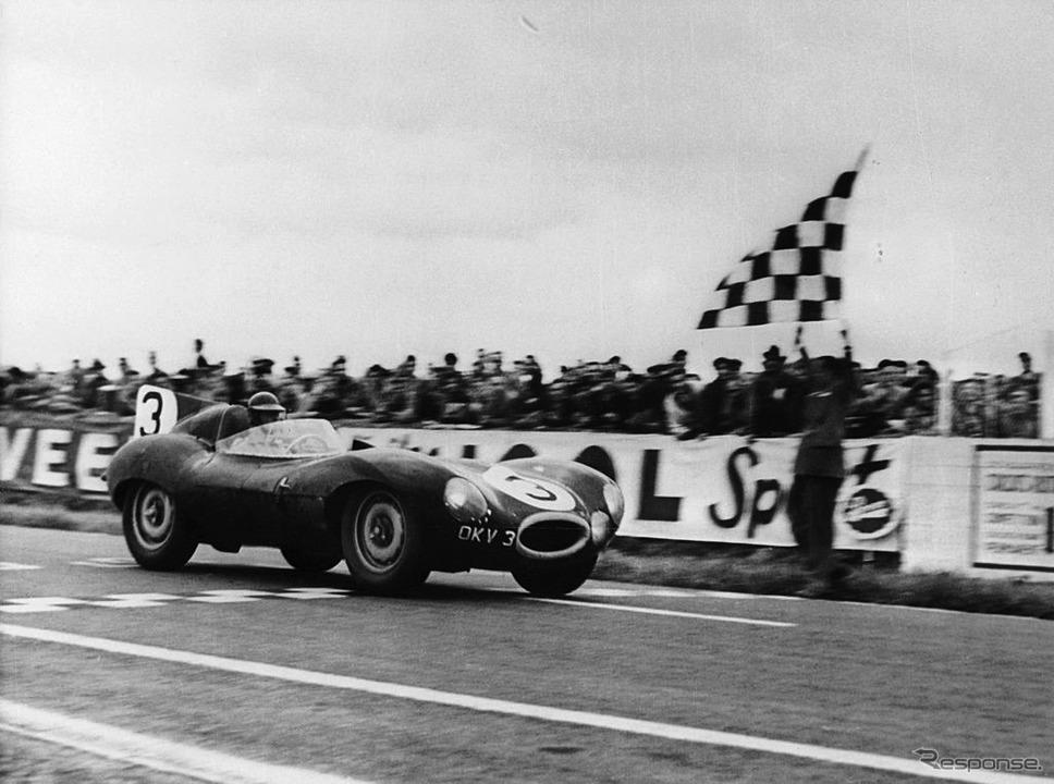 ランス12時間耐久でチェッカーを受けるジャガーDタイプ(1954年)。運転席はケン・ウォートン、組んだのはピーター・ホワイトヘッド。《Photo by National Motor Museum/Heritage Images/Hulton Archive/ゲッティイメージズ》