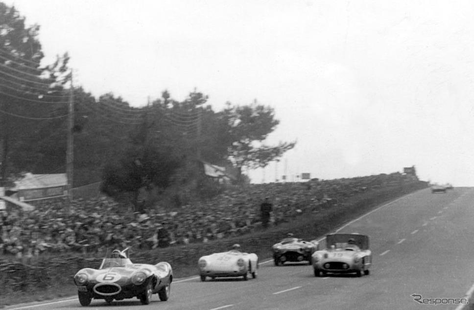 ルマン24時間耐久で集団をリードするジャガーDタイプ(1954年)。《Photo by National Motor Museum/Heritage Images via Getty Images/Hulton Archive/ゲッティイメージズ》