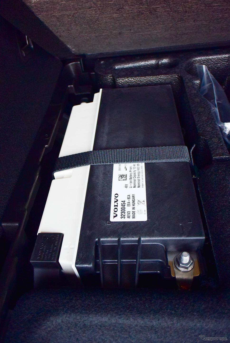 ボルボ XC90 B5 Momentumの48Vハイブリッドの電源を構成するリチウムイオン電池。電池パックのサイズは普通の鉛バッテリーの大容量品と大して変わらない。《写真撮影 井元康一郎》