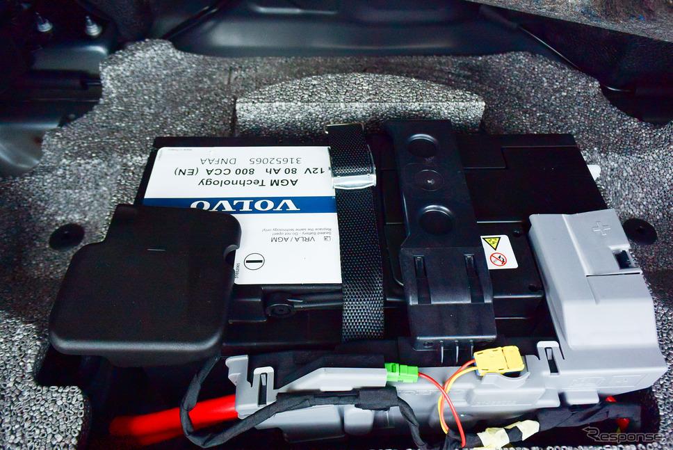リチウムイオン電池パックがついても鉛バッテリーも併用されるのはストロングハイブリッドと同じ。《写真撮影 井元康一郎》