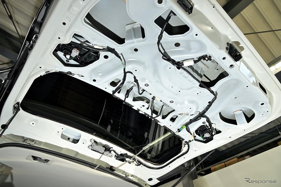 バックミラーモニターのカメラも配線が見えないようにインストールされるため分解された《PHOTO:雪岡直樹》
