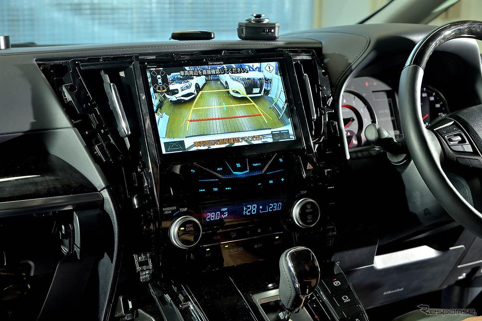 純正カメラを使用したバックカメラも綺麗に表示され、舵角センサーもそのまま使用できる《PHOTO:雪岡直樹》