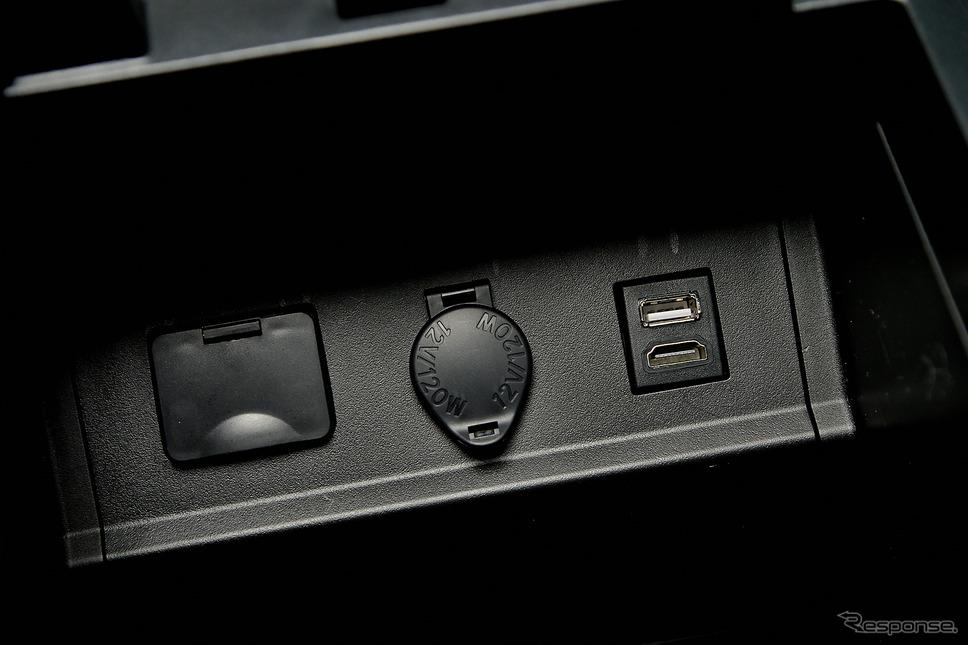 純正位置に装着されたUSB&HDMI端子部分《PHOTO:雪岡直樹》